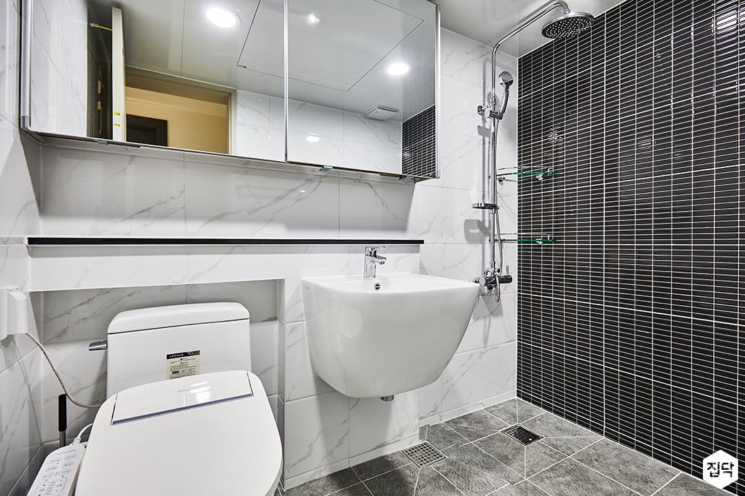 욕실,화이트,심플,슬라이딩거울장,젠다이,세면대,양변기,해바라기샤워기,코너선반,비앙코카라라
