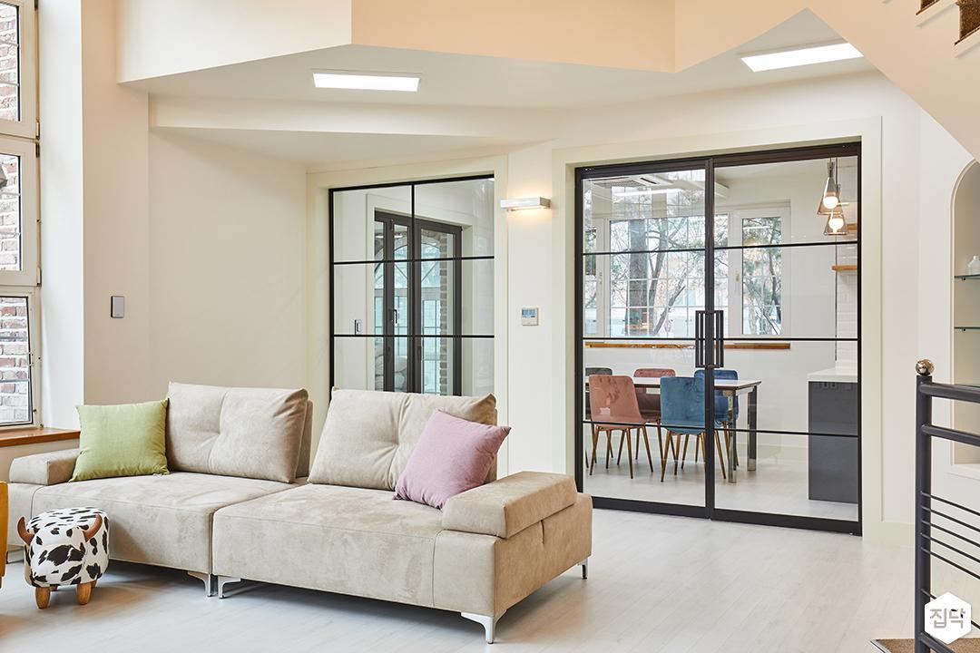 거실,아이보리,모던,LED조명,슬림엣지조명,브라켓조명,소파