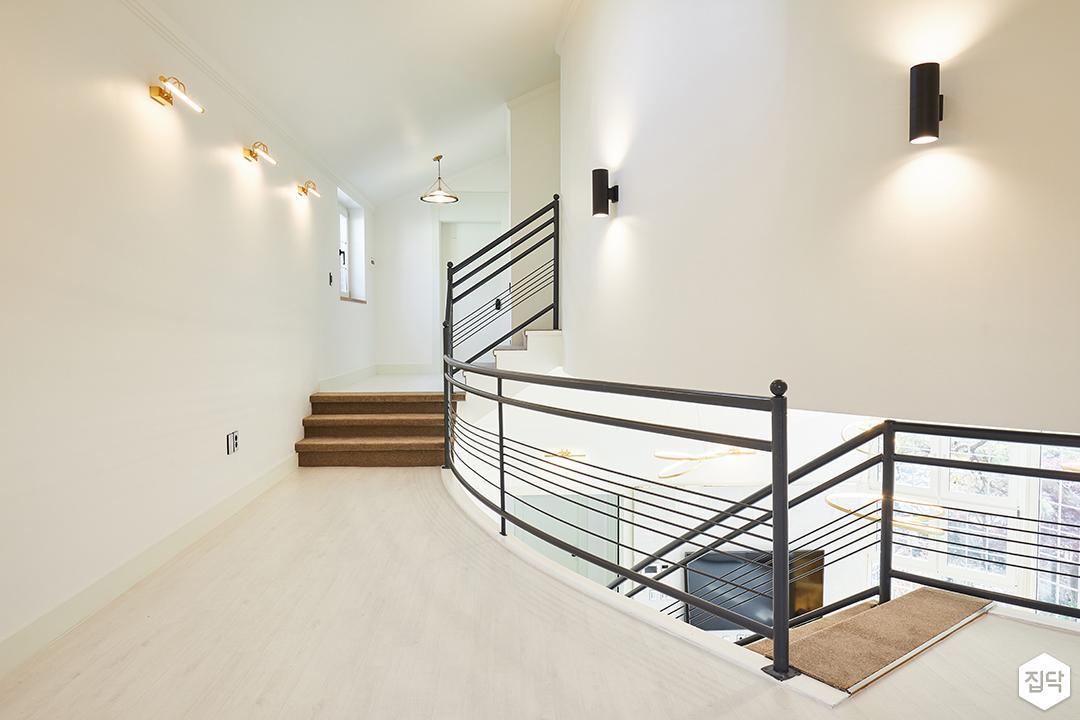 2층,화이트,심플,브라켓조명,펜던트조명,계단,난간