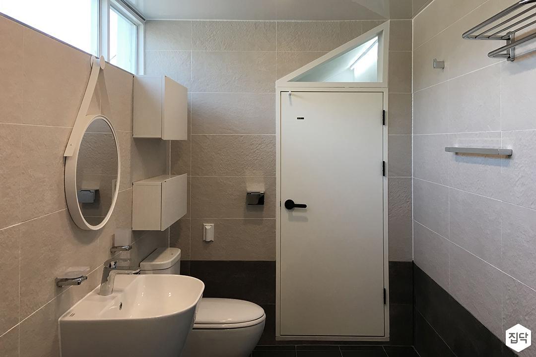 욕실,화이트,그레이,심플,세면대,스트랩거울,원형거울,수납장,양변기,수건걸이