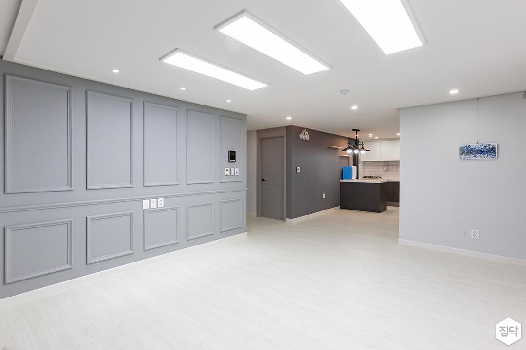 거실,그레이,심플,LED조명,슬림엣지조명,다운라이트조명,웨인스코팅,아트월