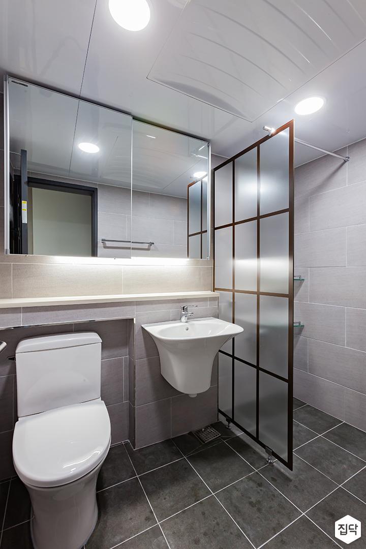 욕실,그레이,심플,다운라이트조명,슬라이딩거울장,간접조명,젠다이,세면대,양변기,철제프레임,샤워부스