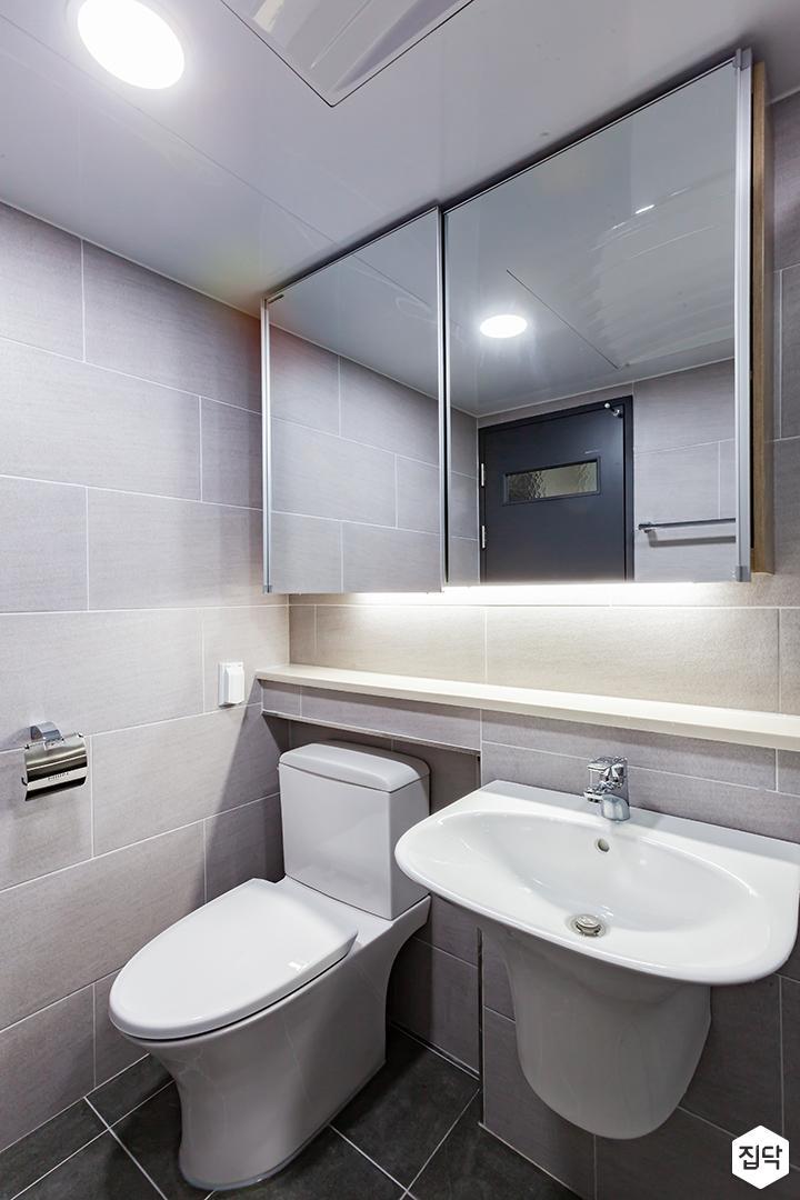 욕실,그레이,심플,다운라이트조명,슬라이딩거울장,간접조명,젠다이,세면대,양변기