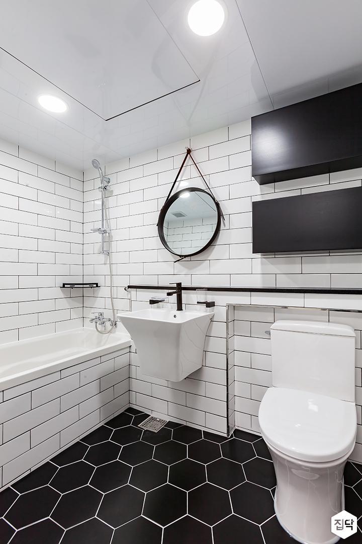 안방욕실,화이트,블랙,모던,스트랩거울,원형거울,젠다이,세면대,욕조,코너선반,수납장,양변기