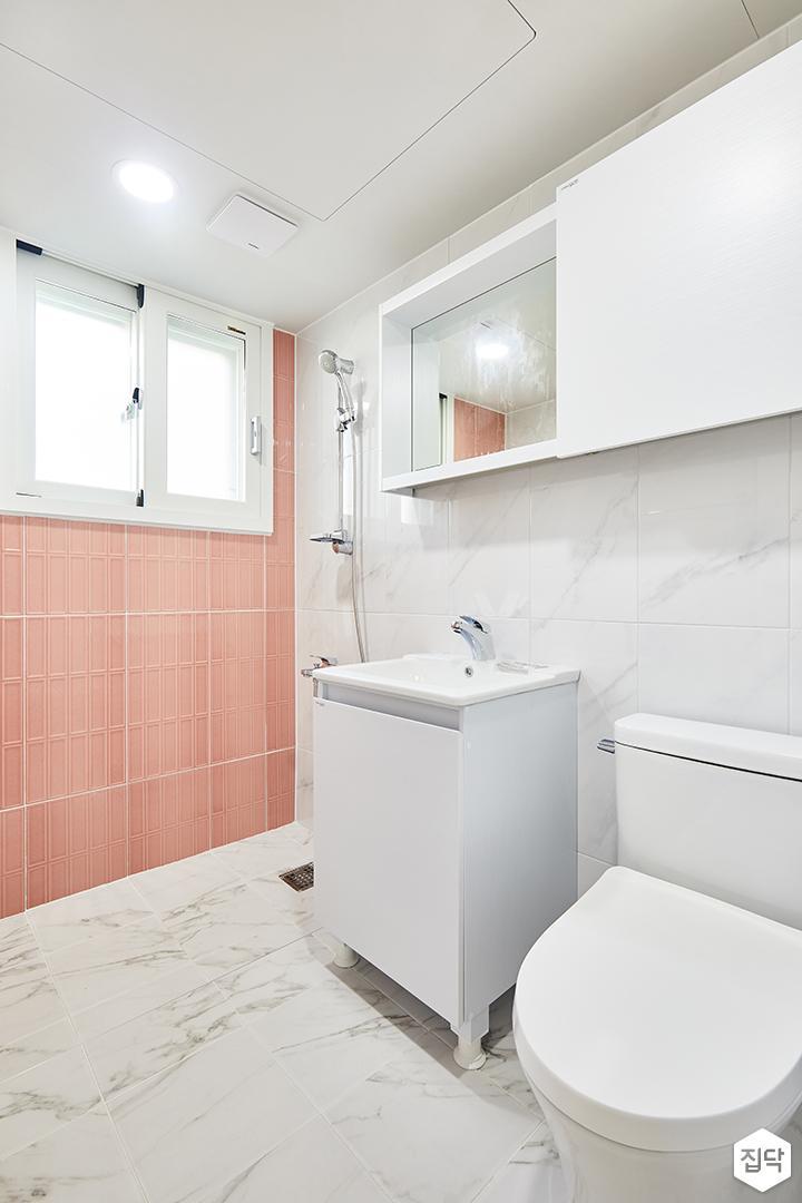 안방욕실,화이트,핑크,심플,거울,수납장,세면대,양변기,비앙코카라라