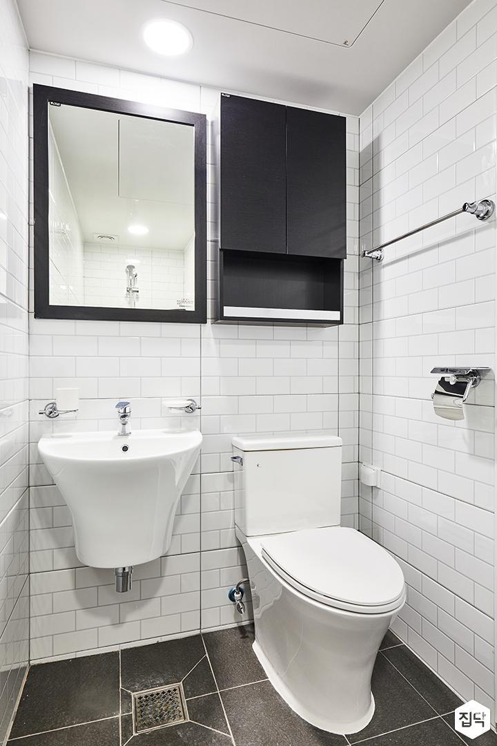 안방욕실,화이트,심플,다운라이트조명,수납장,거울,세면대,양변기,수건걸이
