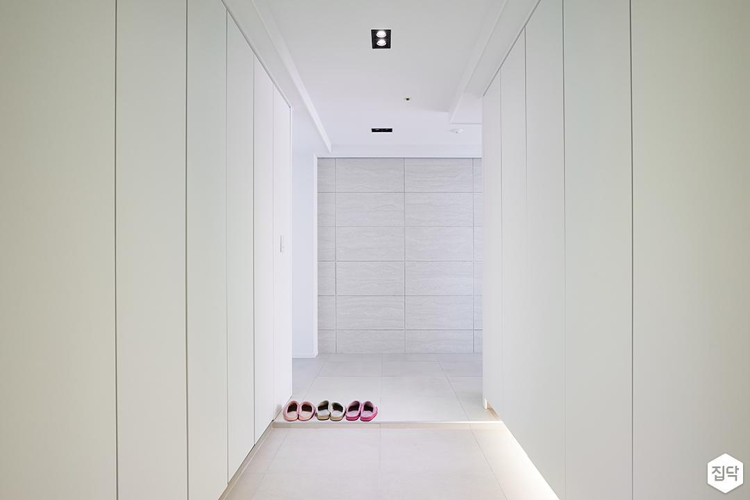 현관,화이트,심플,신발장,하부띄움,간접조명,다운라이트조명