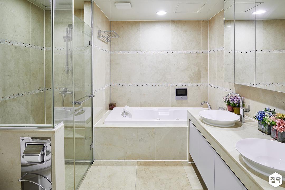 안방욕실,아이보리,심플,다운라이트조명,거울,세면대,수납장,욕조,수건걸이,샤워부스,유리파티션