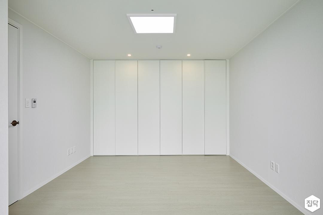 큰방,화이트,심플,LED조명,다운라이트조명,붙박이장