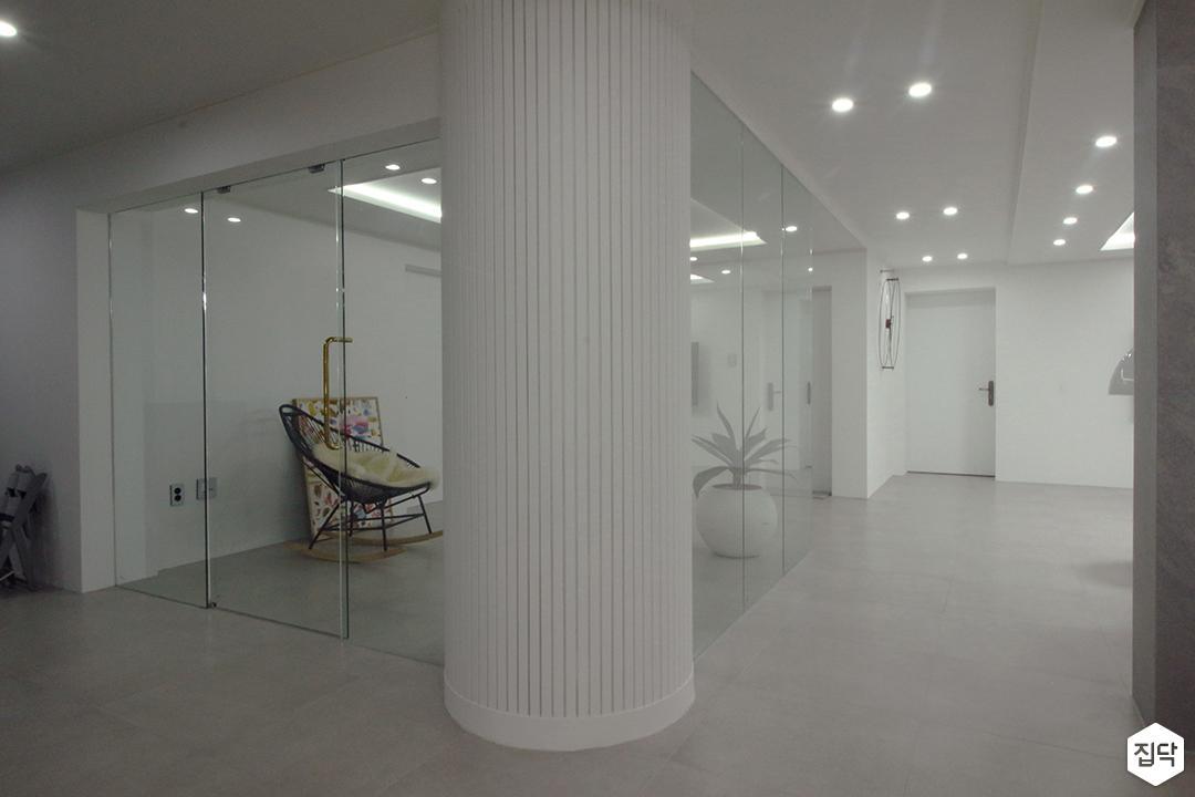 거실,화이트,심플,다운라이트조명,기둥,강화유리