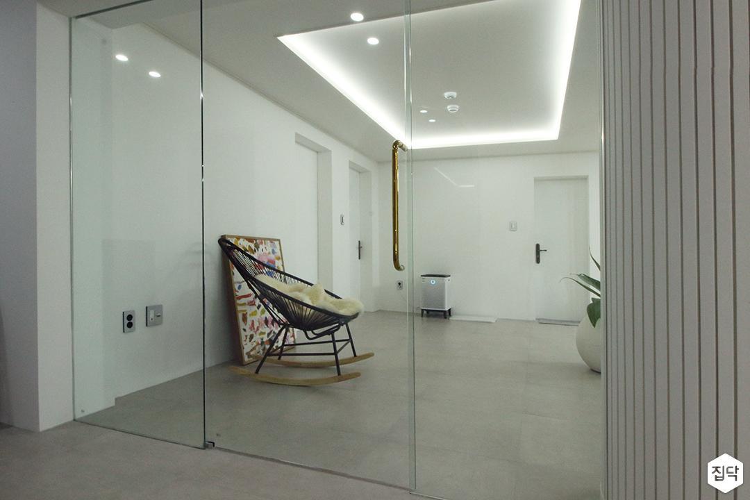 거실,화이트,심플,다운라이트조명,간접조명,강화유리,의자