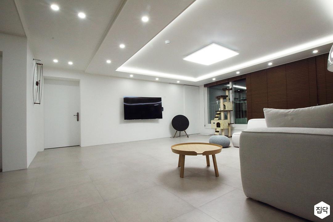 거실,화이트,심플,다운라이트조명,LED조명,간접조명,테이블,소파