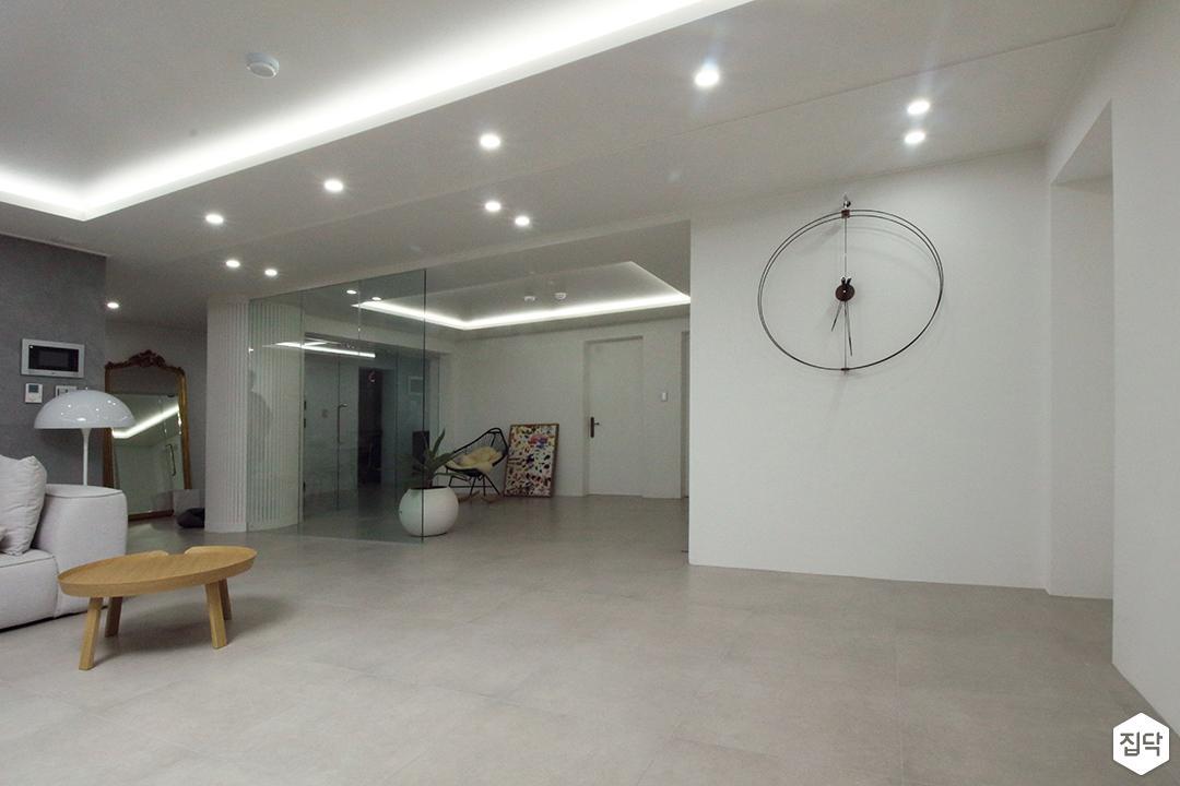 거실,화이트,심플,다운라이트조명,간접조명,테이블