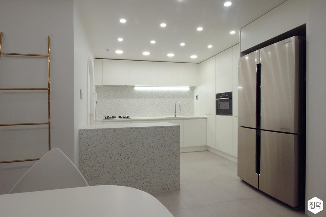 주방,화이트,심플,다운라이트조명,냉장고장,수납장