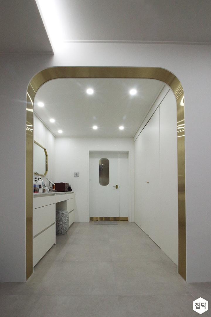 파우더룸,화이트,골드,럭셔리,다운라이트조명,붙박이장,화장대,거울,수납장