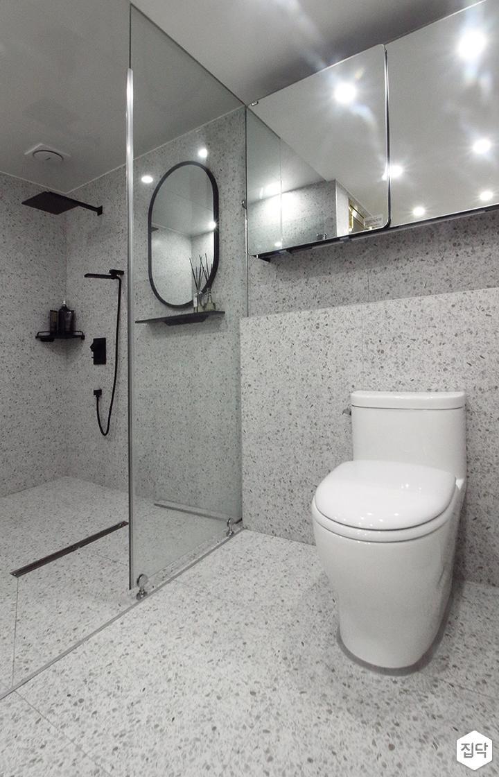 안방욕실,그레이,블랙,모던,슬라이딩거울장,젠다이,양변기,유리파티션,샤워부스,코너선반
