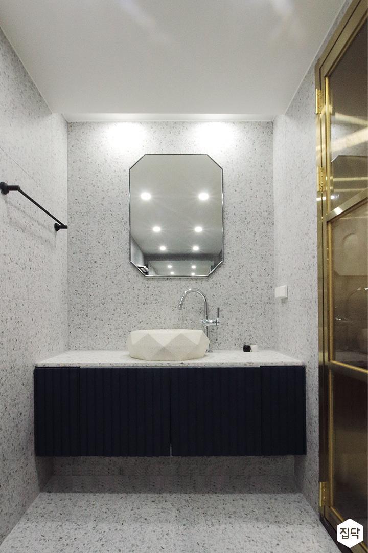 안방욕실,그레이,블랙,모던,거울,세면대,수납장,수건걸이