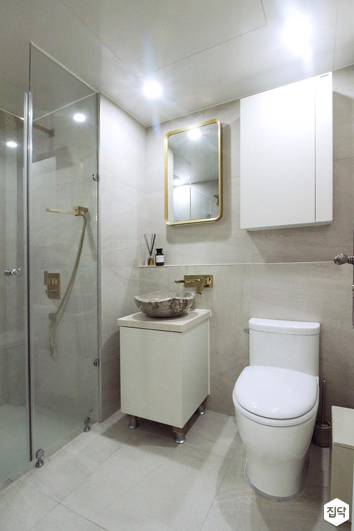 욕실,베이지,골드,심플,다운라이트조명,거울,세면대,젠다이,수납장,양변기,유리파티션,샤워부스