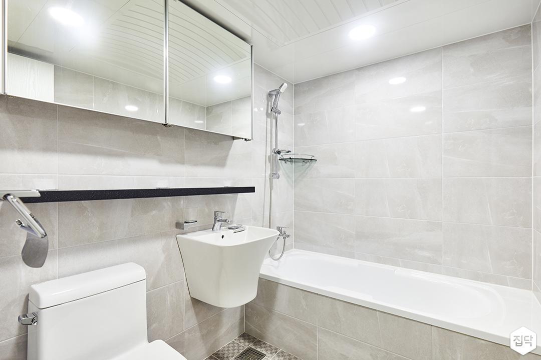 욕실,그레이,심플,다운라이트조명,슬라이딩거울장,세면대,욕조,코너선반