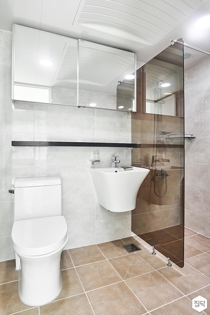 안방욕실,그레이,심플,슬라이딩거울장,양변기,세면대,유리파티션,샤워부스,코너선반