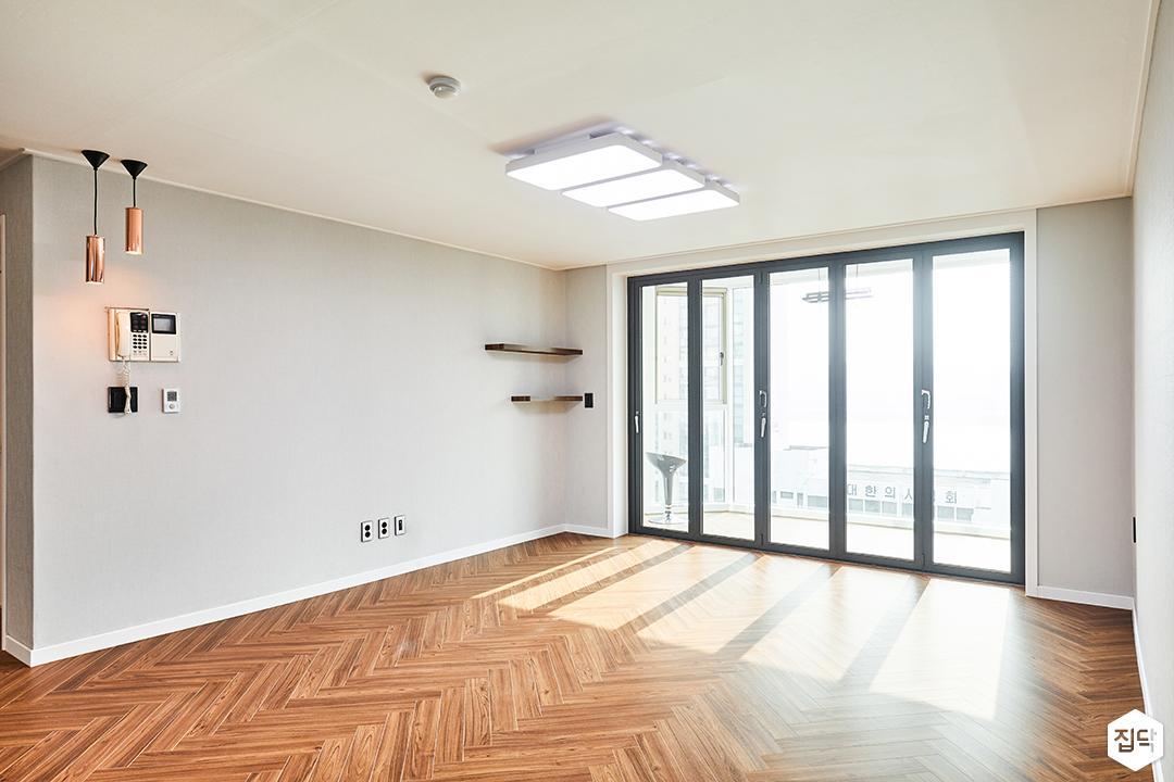 거실,그레이,심플,LED조명,펜던트조명,폴딩도어,무지주선반,헤링본패턴