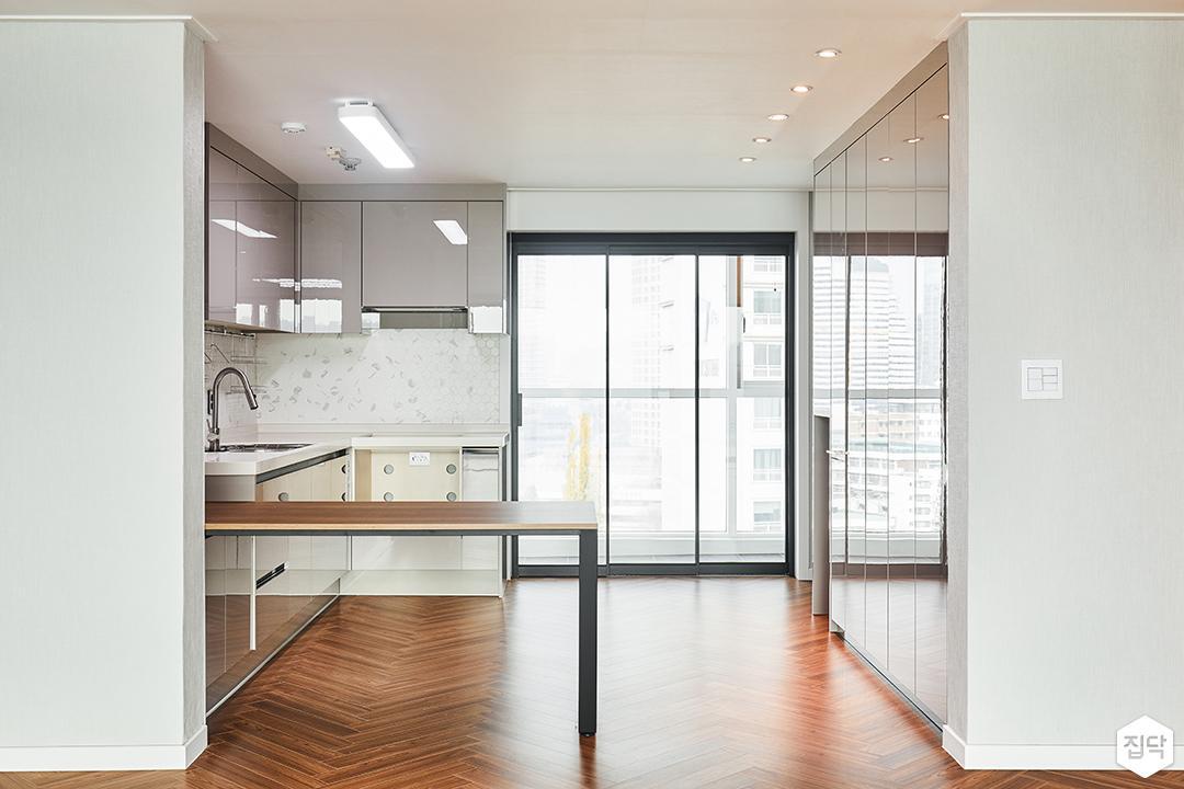주방,화이트,심플,LED조명,다운라이트조명,붙박이장,수납장,식탁