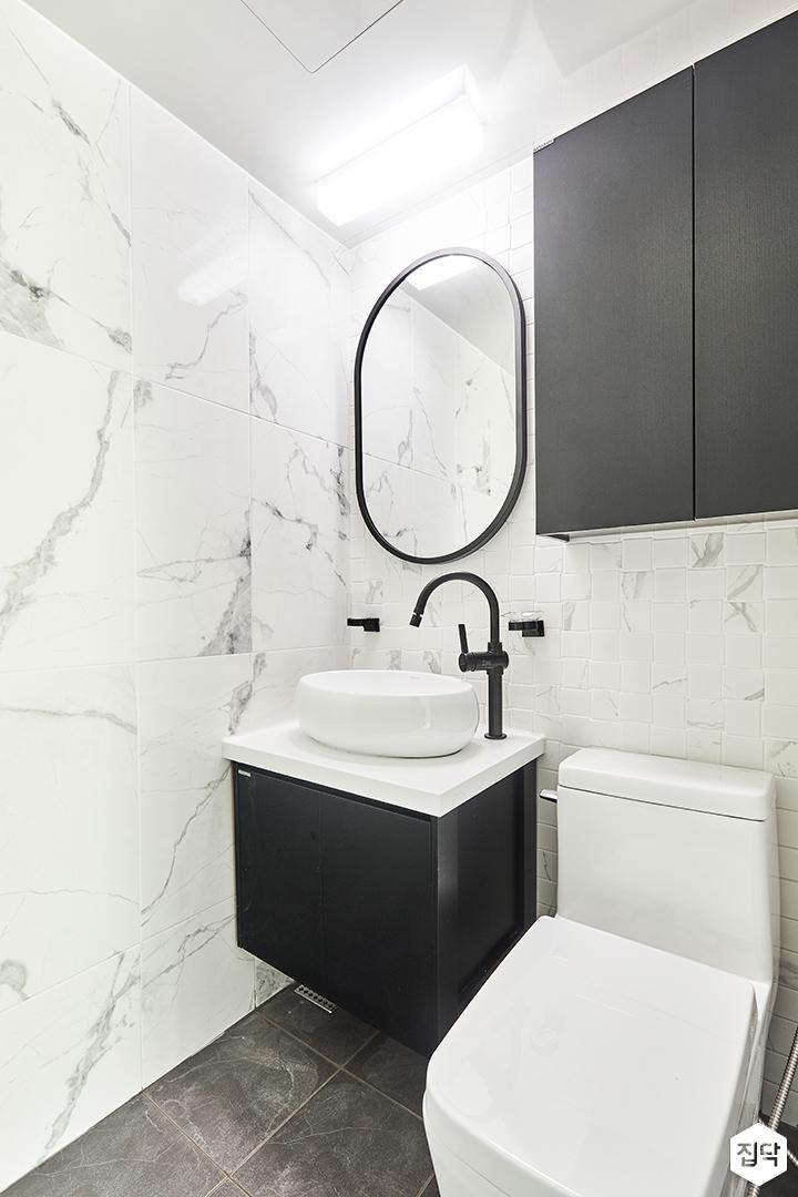 안방욕실,화이트,모던,LED조명,거울,세면대,양변기,수납장,비앙코카라라