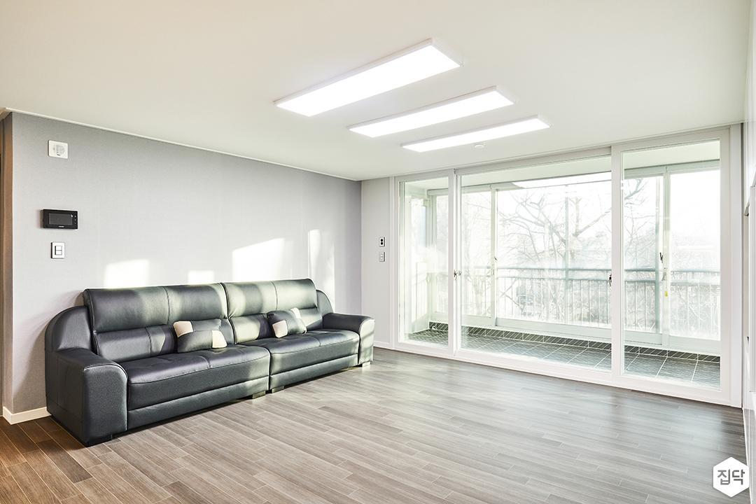 거실,화이트,그레이,심플,LED조명,슬림엣지조명,소파
