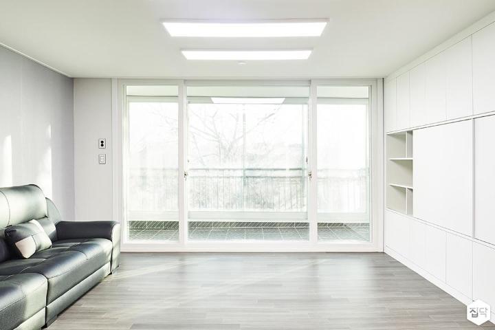 거실,화이트,심플,LED조명,슬림엣지조명,소파,월플렉스