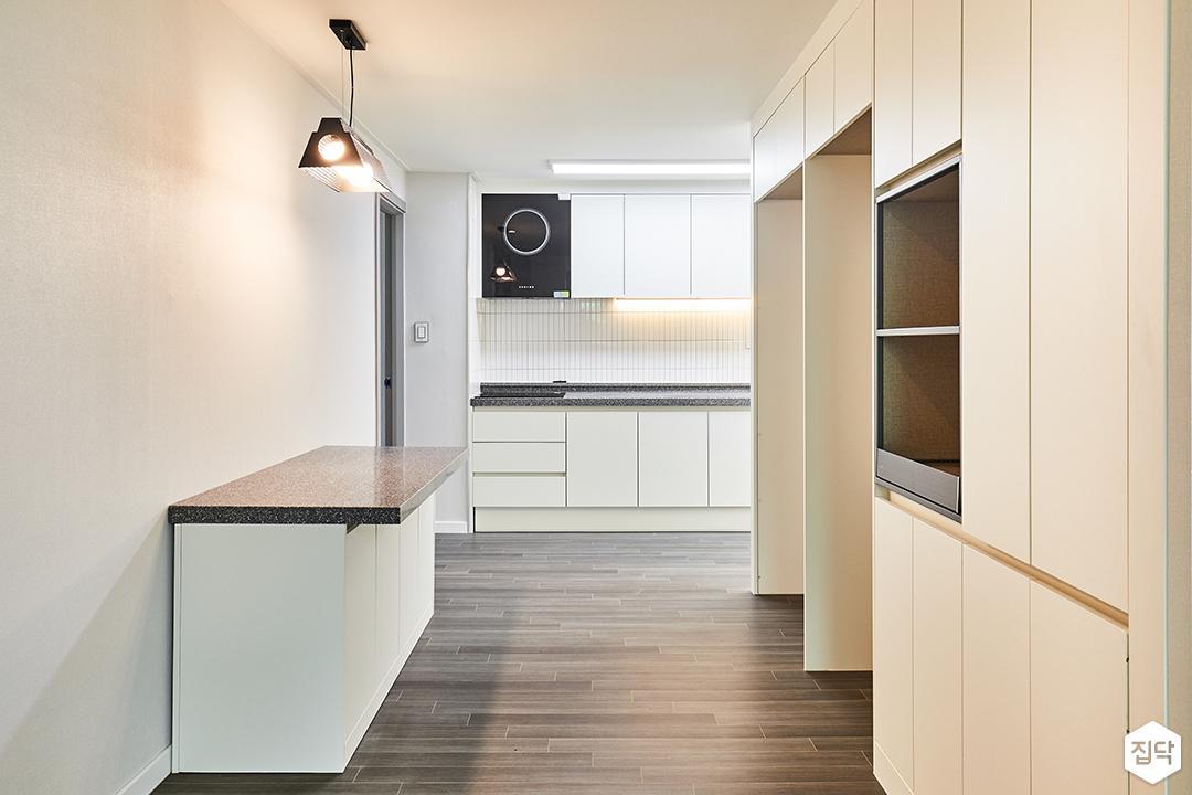 주방,화이트,심플,펜던트조명,냉장고장,수납장,아일랜드식탁