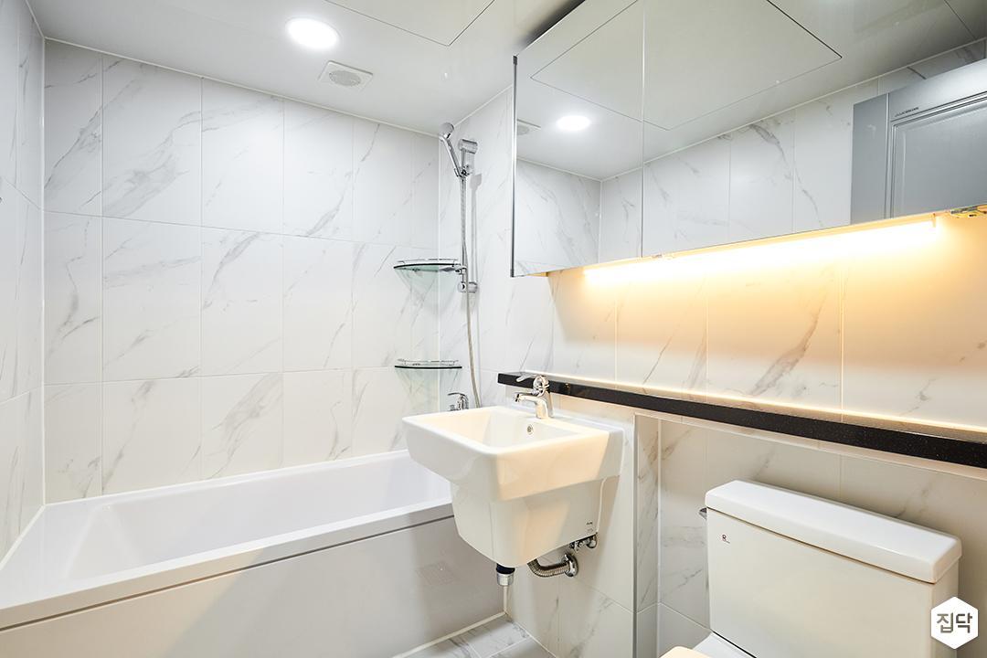 욕실,화이트,심플,다운라이트조명,간접조명,슬라이딩거울장,젠다이,세면대,욕조,코너선반,비앙코카라라