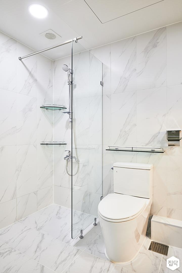 안방욕실,화이트,심플,다운라이트조명,유리파티션,샤워부스,코너선반,양변기,비앙코카라라