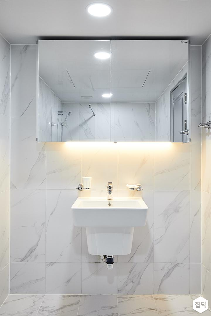 안방욕실,화이트,심플,다운라이트조명,슬라이딩거울장,간접조명,세면대,비앙코카라라