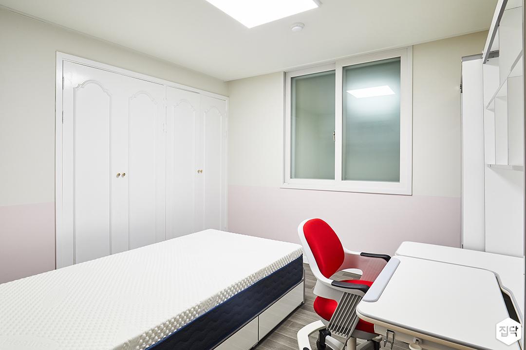 아이방,화이트,심플,LED조명,붙박이장,책상,의자,책장,수납공간