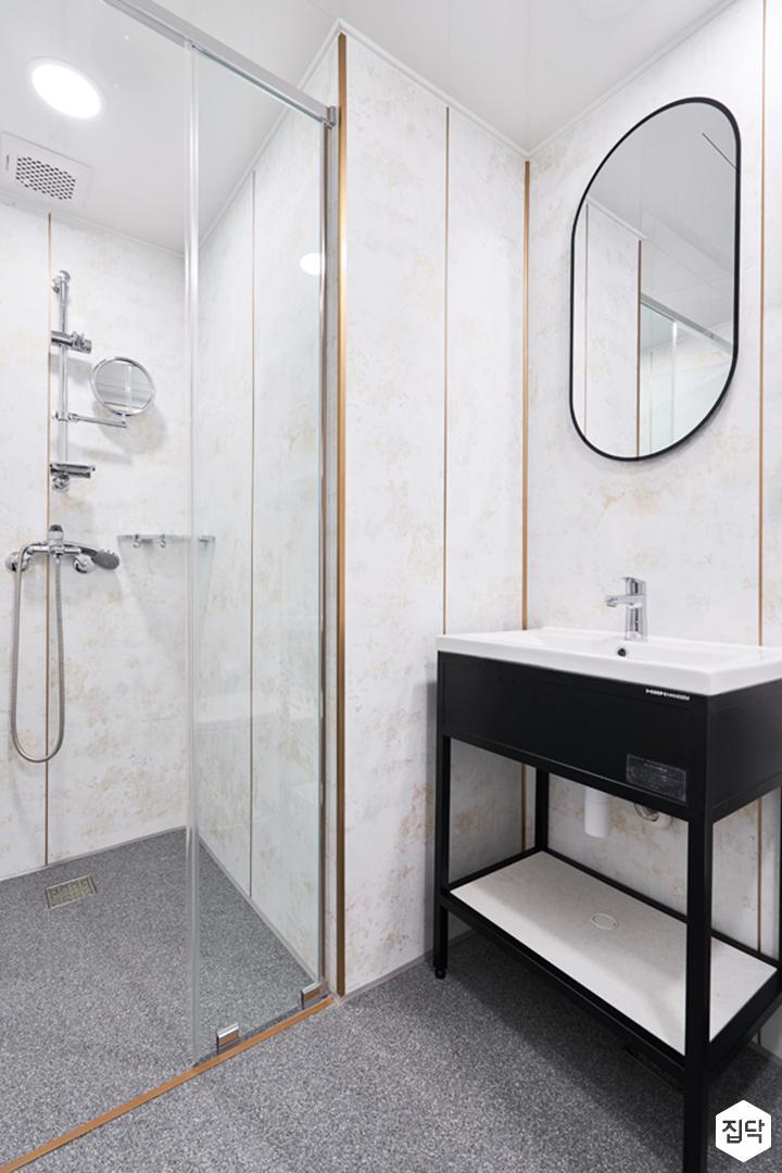 욕실,화이트,골드,클래식,다운라이트조명,유리파티션,샤워부스,거울,세면대,선반