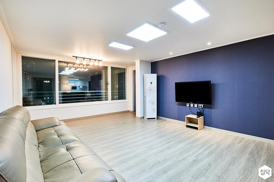 거실,화이트,블루,심플,LED조명,레일조명,소파