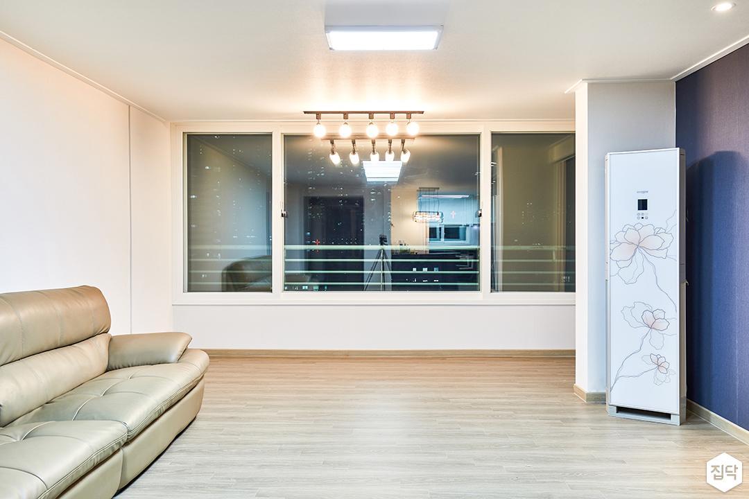 거실,화이트,심플,LED조명,레일조명,소파