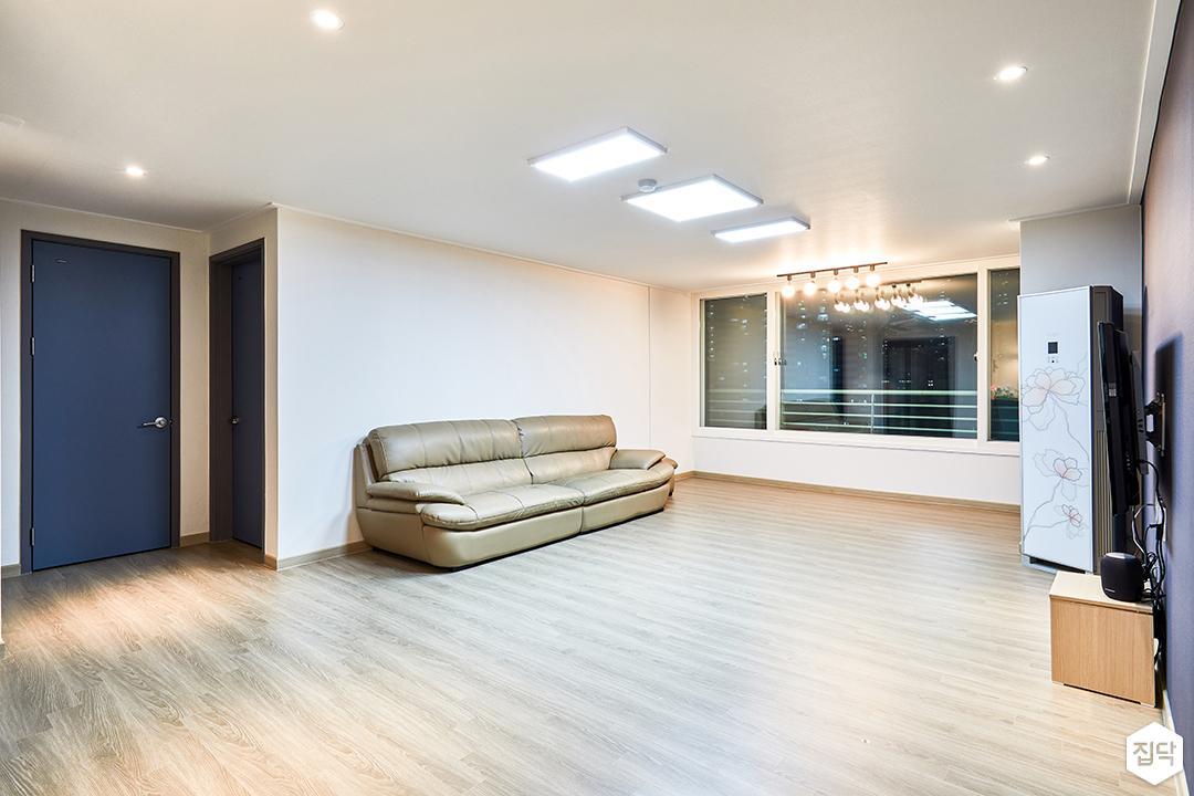거실,화이트,심플,LED조명,다운라이트조명,레일조명,소파