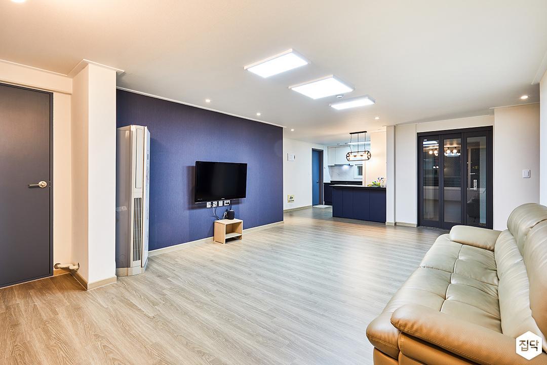 거실,화이트,블루,심플,LED조명,다운라이트조명,소파