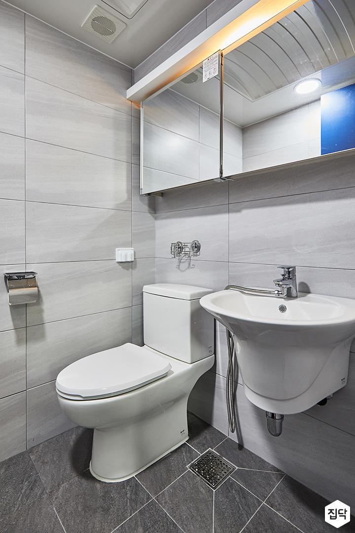 안방욕실,그레이,심플,간접조명,슬라이딩거울장,양변기,세면대