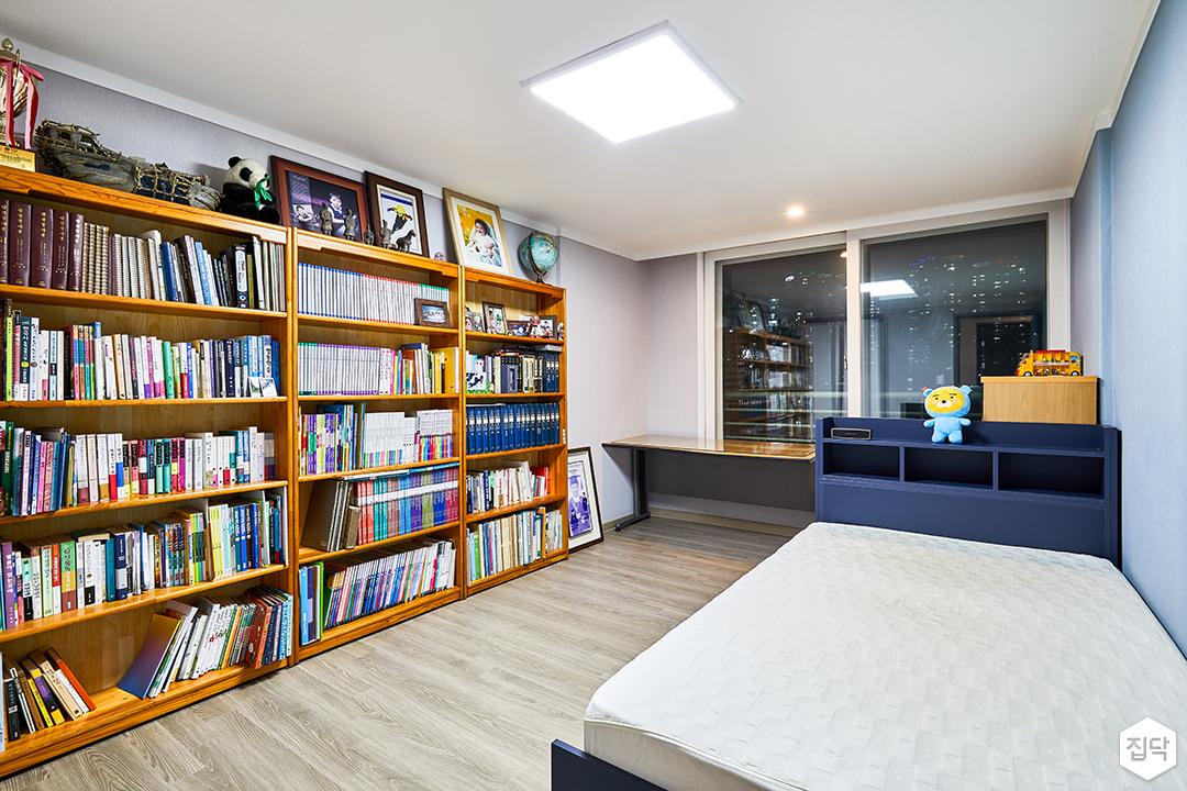 방,그레이,브라운,모던,LED조명,책장,선반,수납공간,침대헤드,테이블