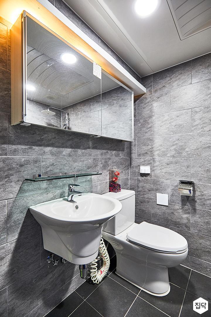욕실,그레이,빈티지,다운라이트조명,간접조명,슬라이딩거울장,세면대,양변기