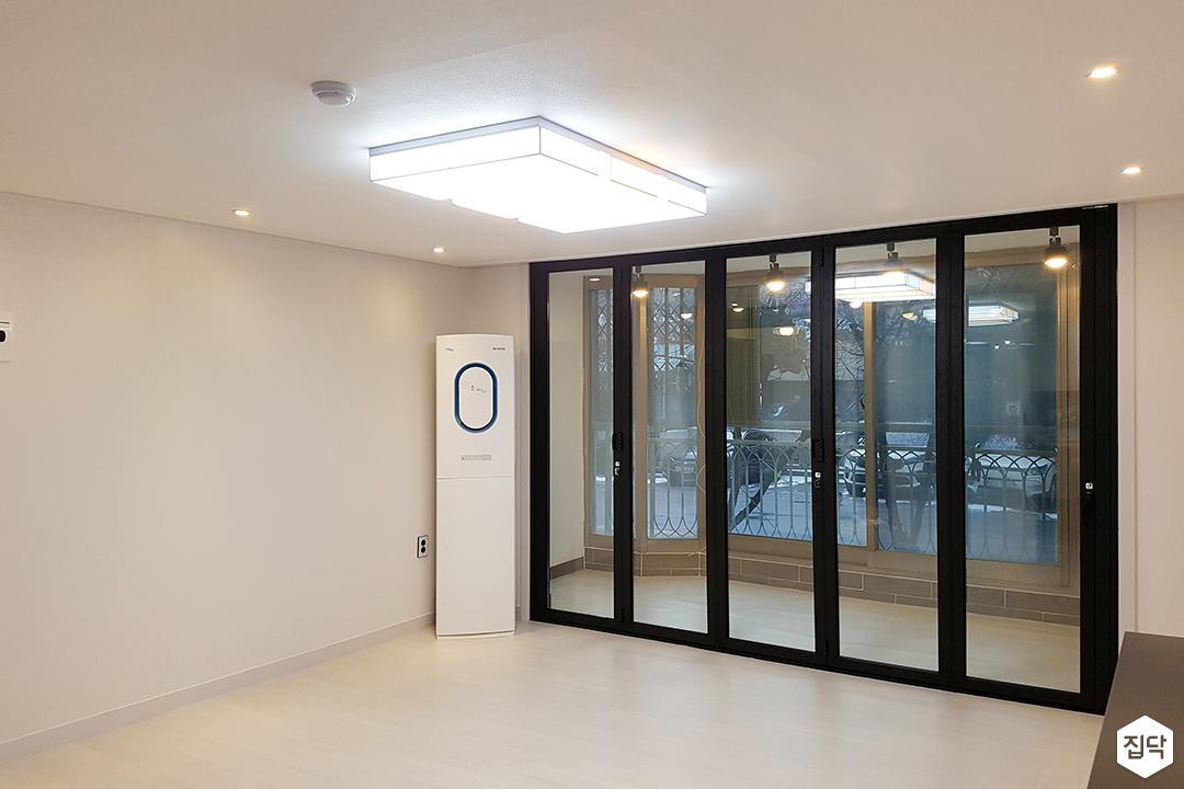 거실,화이트,그레이,심플,LED조명,다운라이트조명,폴딩도어