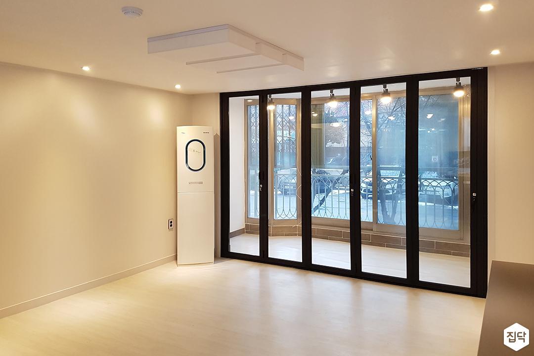 거실,화이트,그레이,심플,다운라이트조명,LED조명,폴딩도어
