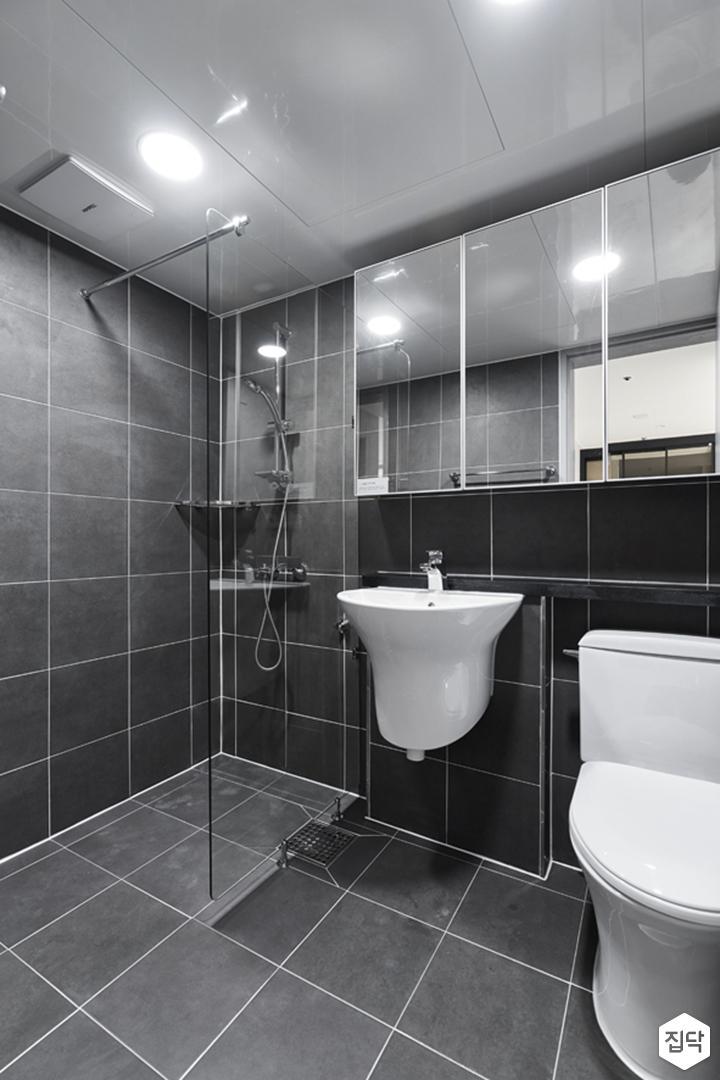 욕실,다크그레이,심플,다운라이트조명,거울장,젠다이,세면대,유리파티션,샤워부스,코너선반