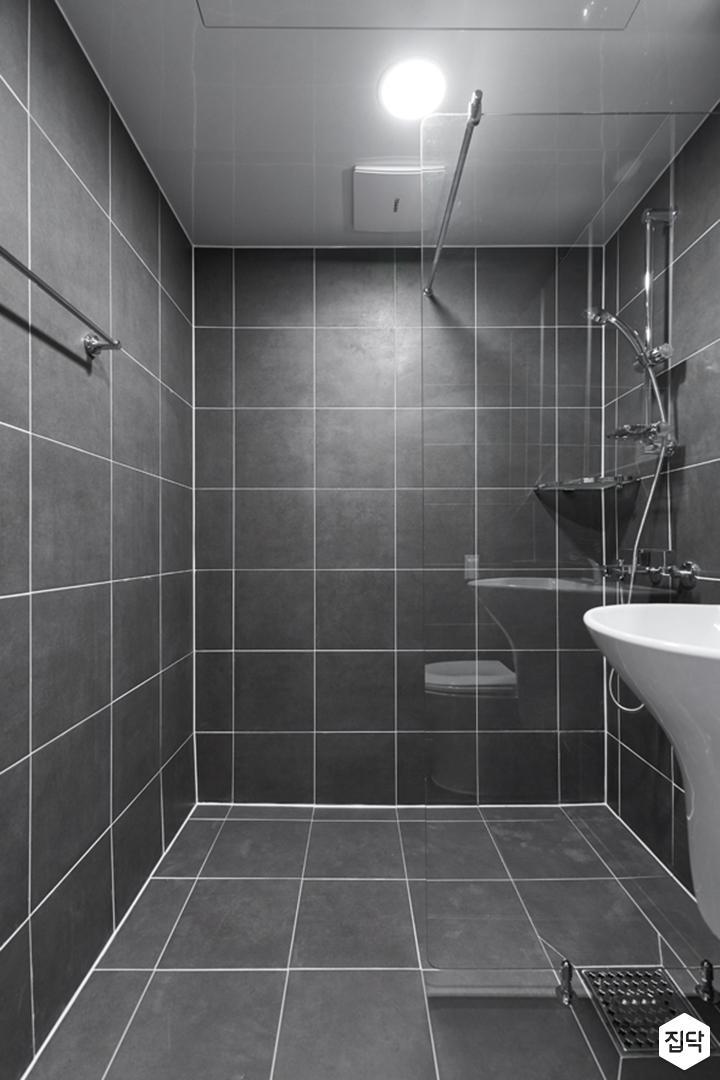 욕실,다크그레이,심플,다운라이트조명,유리파티션,샤워부스,코너선반