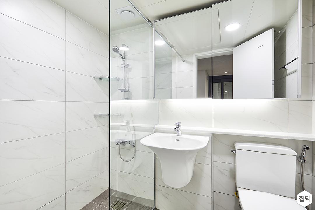 욕실,화이트,심플,슬라이딩거울장,간접조명,젠다이,세면대,유리파티션,샤워부스,코너선반