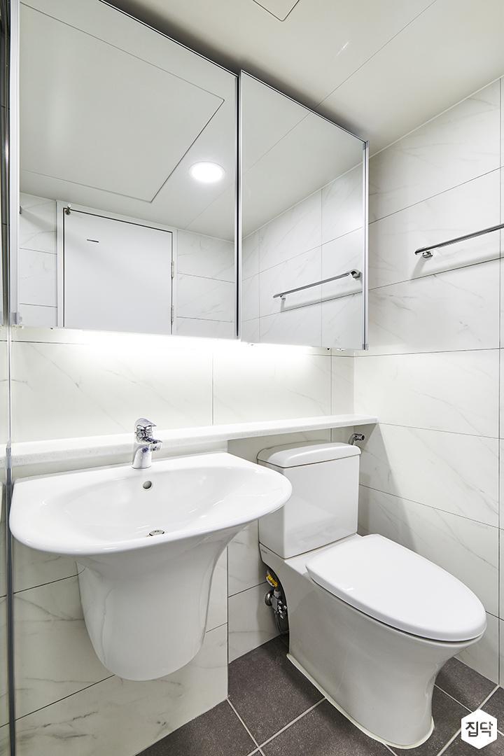 욕실,화이트,심플,슬라이딩거울장,간접조명,젠다이,세면대,양변기,수건걸이