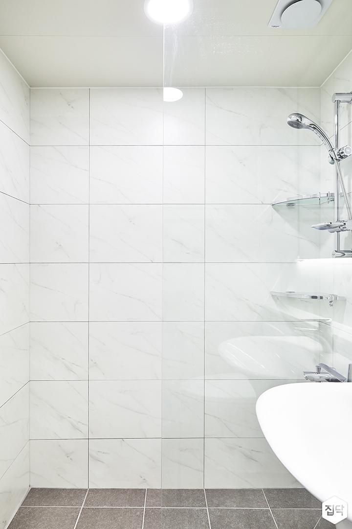 욕실,화이트,심플,다운라이트조명,유리파티션,샤워부스,코너선반