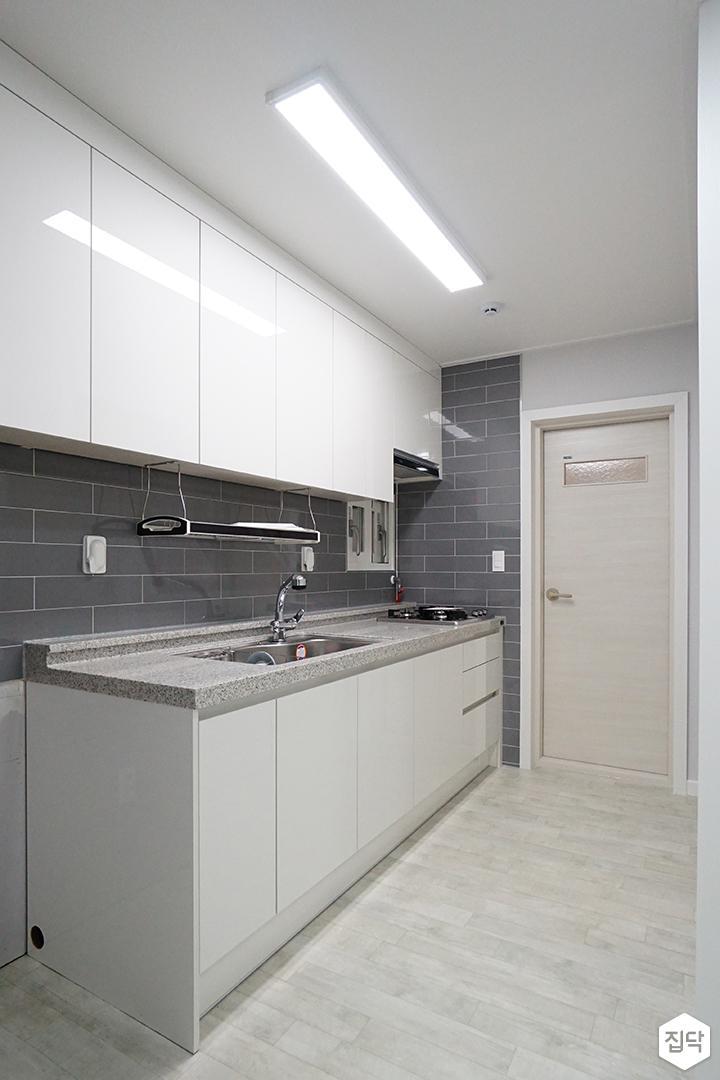 주방,화이트,그레이,심플,LED조명,슬림엣지조명,ㅡ자싱크대,수납장,빌트인후드